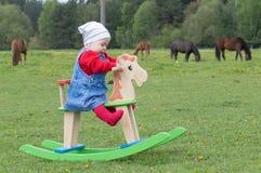 Behandla som ett barn vagga hästen Fotografering för Bildbyråer