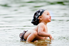 behandla som ett barn vatten Arkivbild