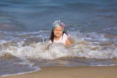 behandla som ett barn vatten Arkivfoto
