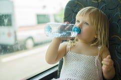 behandla som ett barn vatten för ritten för bussklänningdrinken Fotografering för Bildbyråer