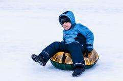 Behandla som ett barn vintern som sledding på den Ural floden Arkivbilder
