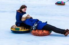 Behandla som ett barn vintern som sledding på den Ural floden Royaltyfri Bild