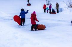 Behandla som ett barn vintern som sledding på den Ural floden Royaltyfria Bilder