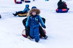 Behandla som ett barn vintern som sledding på den Ural floden Fotografering för Bildbyråer