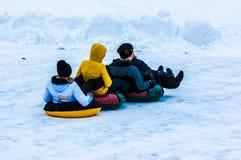 Behandla som ett barn vintern som sledding på den Ural floden Royaltyfria Foton