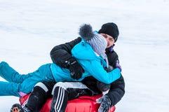 Behandla som ett barn vintern som sledding på den Ural floden, Royaltyfri Fotografi