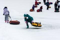 Behandla som ett barn vintern som sledding på den Ural floden, Fotografering för Bildbyråer