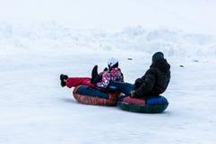 Behandla som ett barn vintern som sledding på den Ural floden, Royaltyfria Bilder