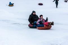 Behandla som ett barn vintern som sledding på den Ural floden, Arkivbilder