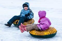 Behandla som ett barn vintern som sledding på den Ural floden, Royaltyfri Foto