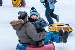 Behandla som ett barn vintern som sledding på den Ural floden, Royaltyfria Foton