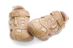 behandla som ett barn vita isolerade skor Arkivfoton