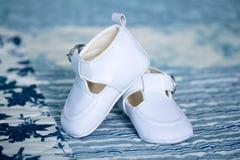 behandla som ett barn vita skor Royaltyfri Foto