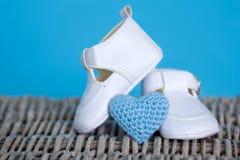 behandla som ett barn vita skor Arkivfoton