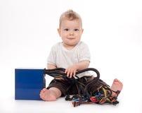 behandla som ett barn white för tillförsel för ström för pojkePCen leka Royaltyfri Bild
