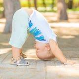 Behandla som ett barn yoga Arkivbild