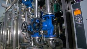 Behandla ventilen, vattenkran på den industriella rörledningen i en fabrik lager videofilmer