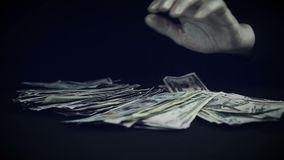 Behandligar med en packe av pengar lager videofilmer