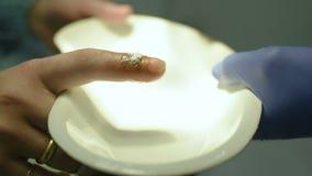 Behandling av en sår på fingret med jod och väteperoxid stock video