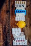 Behandling av säsongsbetonad influensa - behandlingminnestavlor, droger, termometerandFoodkällor av vitaminet som är sunda bantar royaltyfri fotografi