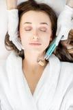 Behandling för ansiktsbehandling för kvinna` s royaltyfria foton