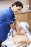 behandling för beställarekvinnligosteopath Arkivfoton