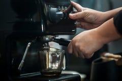 behandling för förberedelse för foto för maskin för kaffeespressoexponering lång Royaltyfri Foto