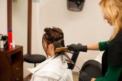 Behandling för frisördanandehår till en kund i salong Royaltyfria Foton