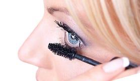 Behandling för Makeupkvinnaögonfrans Royaltyfri Bild