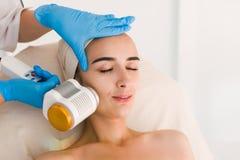 Behandling för skönhet för häleri för ung kvinna ansikts- royaltyfri foto