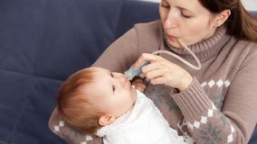 Behandlung der Erk?ltung im Baby stockbild