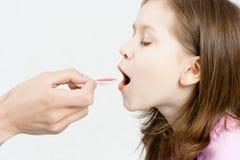 Behandlung des Kindes Mädchen trinkt medizinischen Sirup Lizenzfreies Stockfoto