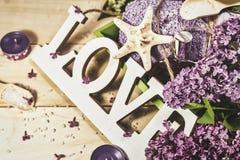 Behandlung für Entspannung und Wellness mit lila Blumen lizenzfreie stockfotografie