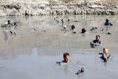 Behandlung mit vulkanischem Schlamm Leute schmieren den Körper mit Schlamm und baden im heilenden See Lizenzfreies Stockfoto