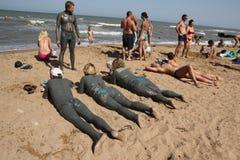 Behandlung mit vulkanischem Schlamm Leute schmieren den Körper mit Schlamm und baden im heilenden See Lizenzfreie Stockfotos