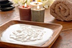 Behandlung-Sahne in einem hölzernen Teller in einem Badekurort Stockfoto