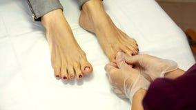 Behandlung von ingrown Zehennägeln Ingrown Nagel Der Doktor ist eine Fußarzt Hardware-Pediküre podiatry stock footage
