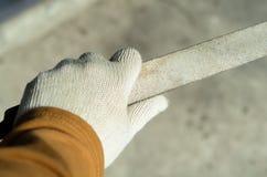 Behandschuhte Hand mit der Datei verfügbar zu arbeiten Lizenzfreie Stockbilder