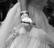 behandskad hand på den eleganta damen med cigaretthållaren Arkivbild
