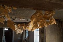 Behang hangen het aan flarden van plafond Stock Afbeeldingen