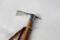 Behauen Sie festes im kalten Schnee in den Bergen im Winter Lizenzfreies Stockbild