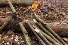 Behauen Sie und meldet einen Hintergrund des Feuers an Vorbereitung des Holzes für das Feuer Stockfotografie
