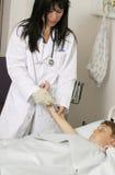 Beheer aan een jonge patiënt Stock Afbeeldingen