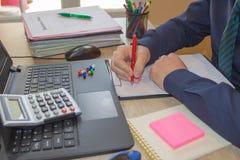 Beheerder bedrijfsmensen financiële inspecteur en secretaresse die verslag, het berekenen of controlesaldo uitbrengen De de fiscu royalty-vrije stock afbeelding