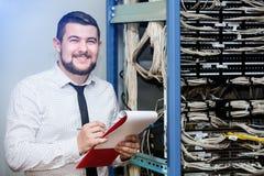 IT beheerder bij de server stock afbeelding