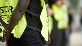 Beheerders die en veiligheid controleren controleren, veiligheidsmaatregelen bij sportenarena royalty-vrije stock fotografie