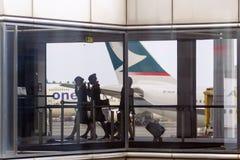 Beheerders met daar eigen zakken en het vliegtuig op de achtergrond royalty-vrije stock foto's