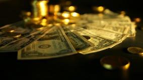 Beheersefficiency Stapels gouden nota's van de muntstukkendollar over zwarte achtergrond Succes van financiënzaken, investering stock footage