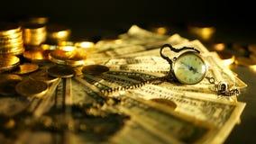 Beheersefficiency Stapels gouden nota's van de muntstukkendollar over zwarte achtergrond Succes van financiënzaken, investering stock videobeelden