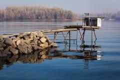 Behelfsbrücke für die Fischerei, Steindämme, Fluss, fischend Lizenzfreie Stockfotografie